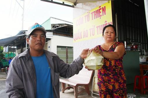 Đồng Tháp: Vợ chồng ở nhà thuê mỗi ngày tặng trăm suất cơm cho người nghèo